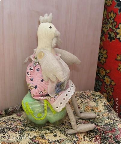 Заранее начинаю готовится к Пасхе. Сшила двух курочек в стиле Тильда. Одну для дочи, одну для подарка. Поедет жить в другой город. фото 4