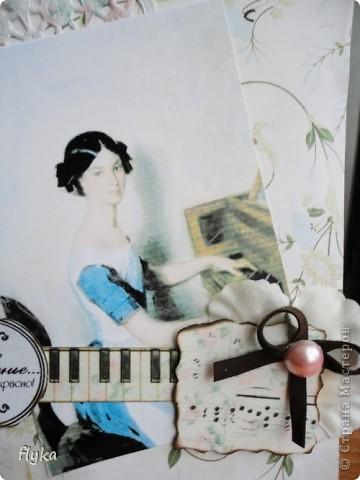 Открытка для игры по скетчу http://stranamasterov.ru/node/159827?c=favorite В работе использованы след. материалы: скрап бумага(основной фон), распечатка на салфетке, картинка на фото бумаге, цветок из ткани, полубусина, замшевый бантик, клавиши - бумага для акварели. фото 3