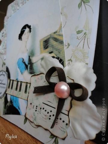 Открытка для игры по скетчу http://stranamasterov.ru/node/159827?c=favorite В работе использованы след. материалы: скрап бумага(основной фон), распечатка на салфетке, картинка на фото бумаге, цветок из ткани, полубусина, замшевый бантик, клавиши - бумага для акварели. фото 5