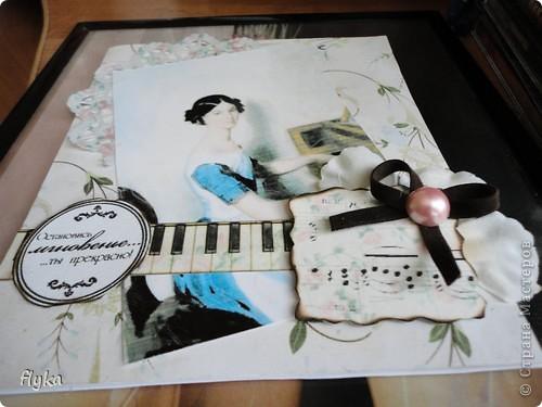 Открытка для игры по скетчу http://stranamasterov.ru/node/159827?c=favorite В работе использованы след. материалы: скрап бумага(основной фон), распечатка на салфетке, картинка на фото бумаге, цветок из ткани, полубусина, замшевый бантик, клавиши - бумага для акварели. фото 7