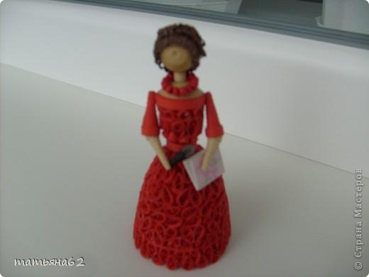 В благодарность нашей тамаде сделала куколку-тамаду квиллинговую. Очень долго мучалась с прической. Вот что получилось в результате. фото 1
