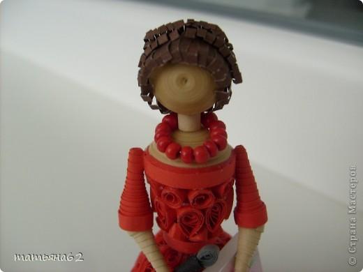 В благодарность нашей тамаде сделала куколку-тамаду квиллинговую. Очень долго мучалась с прической. Вот что получилось в результате. фото 2