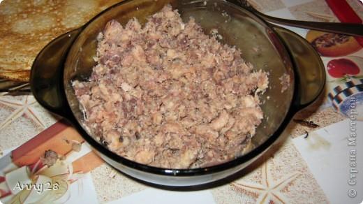 Доброго всем времени суток! В нашей семье очень любят блины. Сегодня я хочу поделиться с Вами одним из рецептов, который пришелся нам по вкусу. Ингридиенты: Для блинчиков - 4 яйца, 3 ст.л. слив.масла, соль,сахар-по вкусу, 2 стак.молока, 1 стак.муки. Для начинки: Банка рыбных консерв-на выбор (у нас сардины) 1 большая луковица майонез специи по вкусу (муж их не любит, поэтому я не добавяла) фото 4