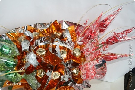 Это корзинка подснежников для молодой женщины.  Высота 60 см, длина-45 см, 29 конфет  фото 6