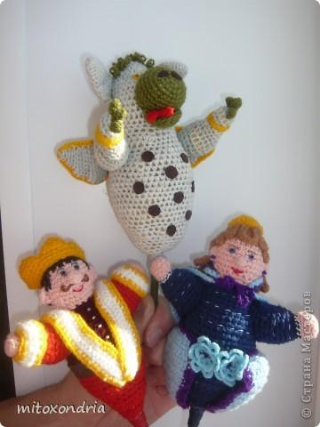 Схемы этих актёров кукольного театра я взяла в журнале Anna.Высота кукол 25 см.Связаны крючком, набиты параллоном. Вместо палочек я использовала цветные карандаши. Пятна на животе дракона и пояс короля из замши. фото 1