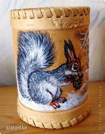 Как приятно рисовать на поверхности бересты!Она такая тёплая, нежная и приятная!Пахнет лесом и летом!Эти белочки , птички  и веточки выполнены акриловыми красками.Ещё очень помогает в этом творчестве поролон,нужная вещь для снега!))) фото 2