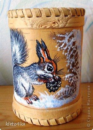 Как приятно рисовать на поверхности бересты!Она такая тёплая, нежная и приятная!Пахнет лесом и летом!Эти белочки , птички  и веточки выполнены акриловыми красками.Ещё очень помогает в этом творчестве поролон,нужная вещь для снега!))) фото 1