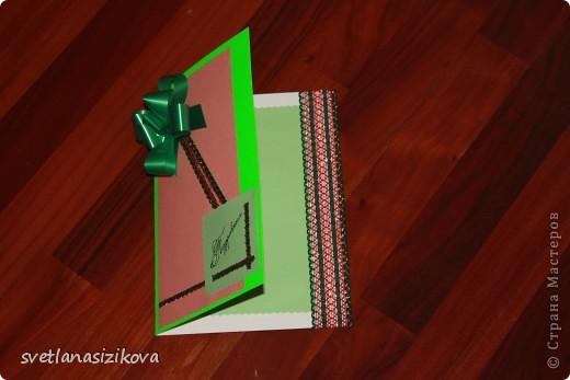 Для изготовления открытки потребовались: цветной картон салатового цвета, бумага цветная для ксерокса (зелёная и розовая), тесьма, клей, ленточка - цветок, гелевая чёрная ручка, ножницы с фигурным краем. фото 9