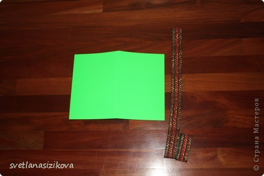 Для изготовления открытки потребовались: цветной картон салатового цвета, бумага цветная для ксерокса (зелёная и розовая), тесьма, клей, ленточка - цветок, гелевая чёрная ручка, ножницы с фигурным краем. фото 2