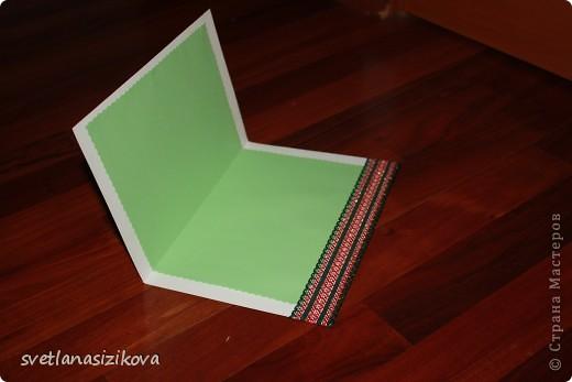 Для изготовления открытки потребовались: цветной картон салатового цвета, бумага цветная для ксерокса (зелёная и розовая), тесьма, клей, ленточка - цветок, гелевая чёрная ручка, ножницы с фигурным краем. фото 4