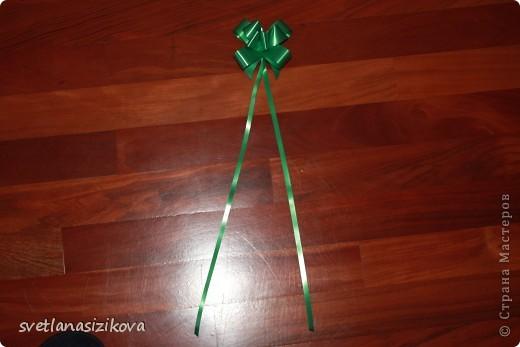 Для изготовления открытки потребовались: цветной картон салатового цвета, бумага цветная для ксерокса (зелёная и розовая), тесьма, клей, ленточка - цветок, гелевая чёрная ручка, ножницы с фигурным краем. фото 5