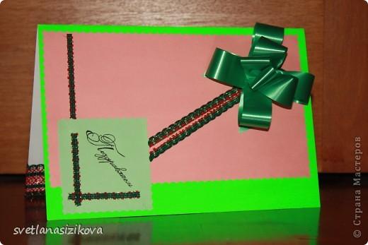 Для изготовления открытки потребовались: цветной картон салатового цвета, бумага цветная для ксерокса (зелёная и розовая), тесьма, клей, ленточка - цветок, гелевая чёрная ручка, ножницы с фигурным краем. фото 8