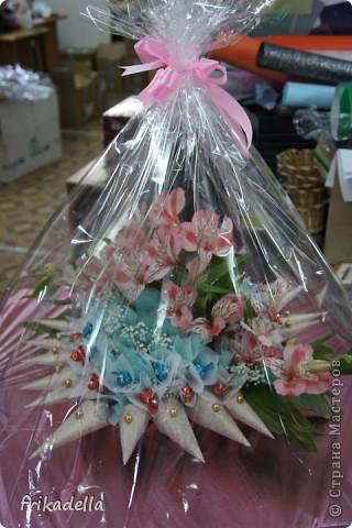 сегодня сделали вот такой букет из конфет с живыми цветами фото 5
