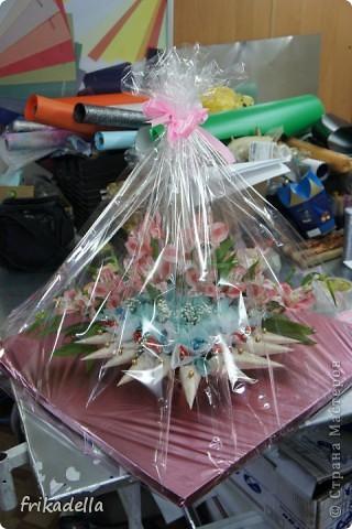 сегодня сделали вот такой букет из конфет с живыми цветами фото 4