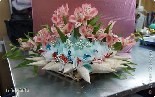 сегодня сделали вот такой букет из конфет с живыми цветами фото 2