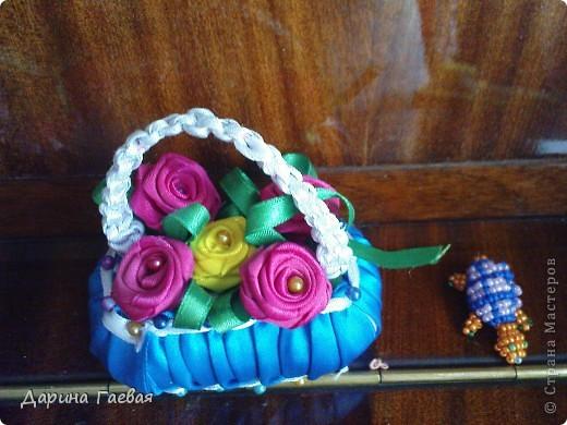 Это корзинка с цветами какую я подарила маме на день рождения.Если подробнее - это мыло оплетённое ленточками. Рядом стоит черепашка.Схемы на данный момент нету,она была на телефоне.Потом телефон форматировался...