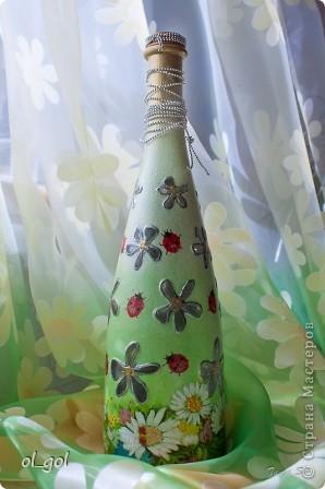 Попалась мне бутылочка красивая, решила её сделать ещё красивее.Цветочки на бутылке выпуклые,решила оставить их незакрашенными. фото 1