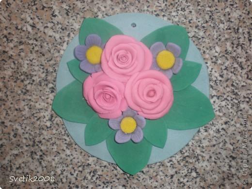 Моя первая и последняя цветочная работа из теста. Лепила конечно с удовольствием, но с полным убеждением, что красивые цветы могут получиться только из более тонкого и пластичного материала. фото 1