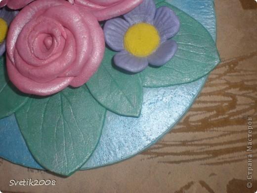 Моя первая и последняя цветочная работа из теста. Лепила конечно с удовольствием, но с полным убеждением, что красивые цветы могут получиться только из более тонкого и пластичного материала. фото 5