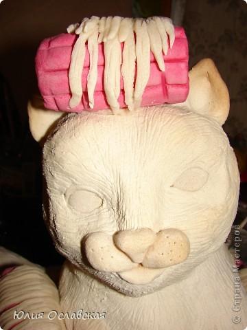 Вот такую кошечку я слепила в подарок. Будет красоваться в парикмахерской, радовать посетителей) Кошечка получилась немаленькая, 28 см высотой и весит 3,5 кг. фото 35