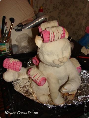Вот такую кошечку я слепила в подарок. Будет красоваться в парикмахерской, радовать посетителей) Кошечка получилась немаленькая, 28 см высотой и весит 3,5 кг. фото 36