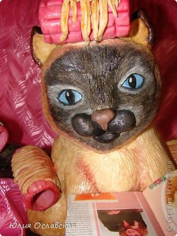 Вот такую кошечку я слепила в подарок. Будет красоваться в парикмахерской, радовать посетителей) Кошечка получилась немаленькая, 28 см высотой и весит 3,5 кг. фото 37