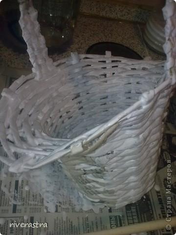 Здраствуйте милые мастерицы! Вот и добралась я наконец-то до плетения из газеток! Да и то по великой надобности, у моего младшего братика скоро бедет садьба и среди приглашенных будут две девочки (одна моя доча) и они будут посыпать путь молодым лепестками роз!  Ну как тут было устоять и не начать делать для них корзиночки! фото 6