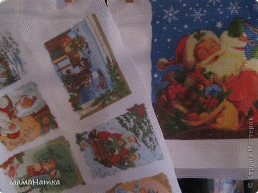 Чтобы сделать рождественский календарь вам потребуется: 1. салфетки рождественско-новогодней тематики 2. канва 3. клей для декупажа по ткани. 4. рамки ( я брала 15*15)  5. клей ПВА 6. материал для пошива мешочков. 7. ленты для украшения мешочков. 8. швейная машинка 9. утюг  Действие первое: 1. Выполнить декупаж на канве. Я брала канву и размещала мотивы салфеток, так, чтобы между ними оставалось 5 см, из рассчета, что припуск для натягивания на рамку будет 2,5см, удваивала его потому что сразу делала 3 календаря. Т.к. и мешочки я тоже планировала украсить картинками, и маленькие мотивы с меньшим зазором на большое полотно приклеивала.  2. Приклеивала, сначала промазывая клеем канву под мотив, а, потом, сняв два белых слоя, аккуратно , двигая кисточкой от середины к краям. 3. Развесить сушить на 24 часа. 4. Прогладить между двуми листами бумаги утюгом с температурой 40С  фото 1
