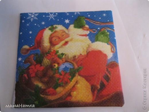 Чтобы сделать рождественский календарь вам потребуется: 1. салфетки рождественско-новогодней тематики 2. канва 3. клей для декупажа по ткани. 4. рамки ( я брала 15*15)  5. клей ПВА 6. материал для пошива мешочков. 7. ленты для украшения мешочков. 8. швейная машинка 9. утюг  Действие первое: 1. Выполнить декупаж на канве. Я брала канву и размещала мотивы салфеток, так, чтобы между ними оставалось 5 см, из рассчета, что припуск для натягивания на рамку будет 2,5см, удваивала его потому что сразу делала 3 календаря. Т.к. и мешочки я тоже планировала украсить картинками, и маленькие мотивы с меньшим зазором на большое полотно приклеивала.  2. Приклеивала, сначала промазывая клеем канву под мотив, а, потом, сняв два белых слоя, аккуратно , двигая кисточкой от середины к краям. 3. Развесить сушить на 24 часа. 4. Прогладить между двуми листами бумаги утюгом с температурой 40С  фото 3