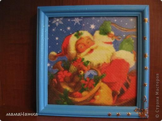 Чтобы сделать рождественский календарь вам потребуется: 1. салфетки рождественско-новогодней тематики 2. канва 3. клей для декупажа по ткани. 4. рамки ( я брала 15*15)  5. клей ПВА 6. материал для пошива мешочков. 7. ленты для украшения мешочков. 8. швейная машинка 9. утюг  Действие первое: 1. Выполнить декупаж на канве. Я брала канву и размещала мотивы салфеток, так, чтобы между ними оставалось 5 см, из рассчета, что припуск для натягивания на рамку будет 2,5см, удваивала его потому что сразу делала 3 календаря. Т.к. и мешочки я тоже планировала украсить картинками, и маленькие мотивы с меньшим зазором на большое полотно приклеивала.  2. Приклеивала, сначала промазывая клеем канву под мотив, а, потом, сняв два белых слоя, аккуратно , двигая кисточкой от середины к краям. 3. Развесить сушить на 24 часа. 4. Прогладить между двуми листами бумаги утюгом с температурой 40С  фото 4