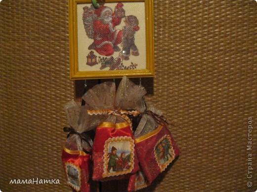 Чтобы сделать рождественский календарь вам потребуется: 1. салфетки рождественско-новогодней тематики 2. канва 3. клей для декупажа по ткани. 4. рамки ( я брала 15*15)  5. клей ПВА 6. материал для пошива мешочков. 7. ленты для украшения мешочков. 8. швейная машинка 9. утюг  Действие первое: 1. Выполнить декупаж на канве. Я брала канву и размещала мотивы салфеток, так, чтобы между ними оставалось 5 см, из рассчета, что припуск для натягивания на рамку будет 2,5см, удваивала его потому что сразу делала 3 календаря. Т.к. и мешочки я тоже планировала украсить картинками, и маленькие мотивы с меньшим зазором на большое полотно приклеивала.  2. Приклеивала, сначала промазывая клеем канву под мотив, а, потом, сняв два белых слоя, аккуратно , двигая кисточкой от середины к краям. 3. Развесить сушить на 24 часа. 4. Прогладить между двуми листами бумаги утюгом с температурой 40С  фото 6