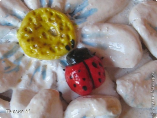 Мои ромашки- повторюшки. Вдохновил МК Ларисы Ивановой. Спасибо. Это второя моя работа из соленого теста. фото 4