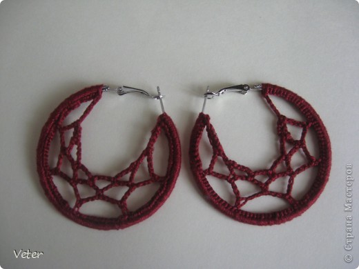 Готовые сережки кольца обвязала нитками ИРИС.Идея отсюда http://klubka.net/model/ykrash/246-kak-sdelat-sergi-pautinka.html