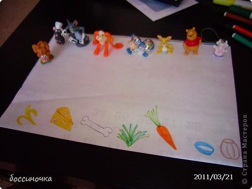 решила с дочкой поиграть по МК Татьяны Михайловны: http://stranamasterov.ru/node/51951. хоела научить её рисовать длинные полоски (а то что-то она мельчит и карандашиком рисует в одном месте густо-густо) а получилось занятие не только оп рисованию...хочу поделиться тем что у нас вышло..Сначала мы достали коорбку с мелкими игрушками и нашли несколько зверюшек которых рита хочет пригласить в гости. Затем, расположив их на краю листа я спросила  - а чем мы будем угощать обезьянку? -бананом! - ответила дочь.. и т..д на другом краю листа я рисовала угощения. фото 1