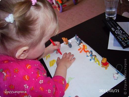 решила с дочкой поиграть по МК Татьяны Михайловны: http://stranamasterov.ru/node/51951. хоела научить её рисовать длинные полоски (а то что-то она мельчит и карандашиком рисует в одном месте густо-густо) а получилось занятие не только оп рисованию...хочу поделиться тем что у нас вышло..Сначала мы достали коорбку с мелкими игрушками и нашли несколько зверюшек которых рита хочет пригласить в гости. Затем, расположив их на краю листа я спросила  - а чем мы будем угощать обезьянку? -бананом! - ответила дочь.. и т..д на другом краю листа я рисовала угощения. фото 2