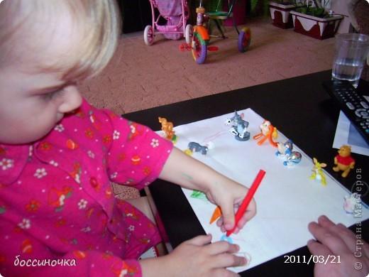 решила с дочкой поиграть по МК Татьяны Михайловны: http://stranamasterov.ru/node/51951. хоела научить её рисовать длинные полоски (а то что-то она мельчит и карандашиком рисует в одном месте густо-густо) а получилось занятие не только оп рисованию...хочу поделиться тем что у нас вышло..Сначала мы достали коорбку с мелкими игрушками и нашли несколько зверюшек которых рита хочет пригласить в гости. Затем, расположив их на краю листа я спросила  - а чем мы будем угощать обезьянку? -бананом! - ответила дочь.. и т..д на другом краю листа я рисовала угощения. фото 3