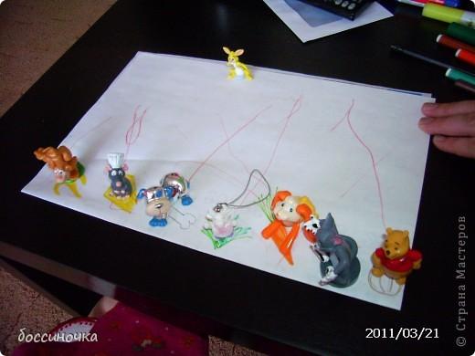 решила с дочкой поиграть по МК Татьяны Михайловны: http://stranamasterov.ru/node/51951. хоела научить её рисовать длинные полоски (а то что-то она мельчит и карандашиком рисует в одном месте густо-густо) а получилось занятие не только оп рисованию...хочу поделиться тем что у нас вышло..Сначала мы достали коорбку с мелкими игрушками и нашли несколько зверюшек которых рита хочет пригласить в гости. Затем, расположив их на краю листа я спросила  - а чем мы будем угощать обезьянку? -бананом! - ответила дочь.. и т..д на другом краю листа я рисовала угощения. фото 4