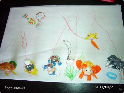 решила с дочкой поиграть по МК Татьяны Михайловны: http://stranamasterov.ru/node/51951. хоела научить её рисовать длинные полоски (а то что-то она мельчит и карандашиком рисует в одном месте густо-густо) а получилось занятие не только оп рисованию...хочу поделиться тем что у нас вышло..Сначала мы достали коорбку с мелкими игрушками и нашли несколько зверюшек которых рита хочет пригласить в гости. Затем, расположив их на краю листа я спросила  - а чем мы будем угощать обезьянку? -бананом! - ответила дочь.. и т..д на другом краю листа я рисовала угощения. фото 5