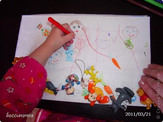 решила с дочкой поиграть по МК Татьяны Михайловны: http://stranamasterov.ru/node/51951. хоела научить её рисовать длинные полоски (а то что-то она мельчит и карандашиком рисует в одном месте густо-густо) а получилось занятие не только оп рисованию...хочу поделиться тем что у нас вышло..Сначала мы достали коорбку с мелкими игрушками и нашли несколько зверюшек которых рита хочет пригласить в гости. Затем, расположив их на краю листа я спросила  - а чем мы будем угощать обезьянку? -бананом! - ответила дочь.. и т..д на другом краю листа я рисовала угощения. фото 6