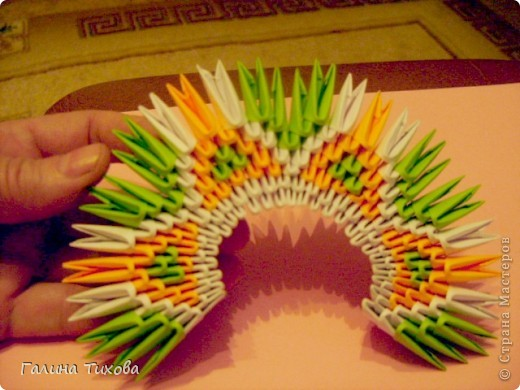 На создание такого павлина у меня пошло:1299 модулей: белых-347, оранжевых-337, зелёных-562, светло-зелёных-51, чёрных-1, красных-1. фото 11