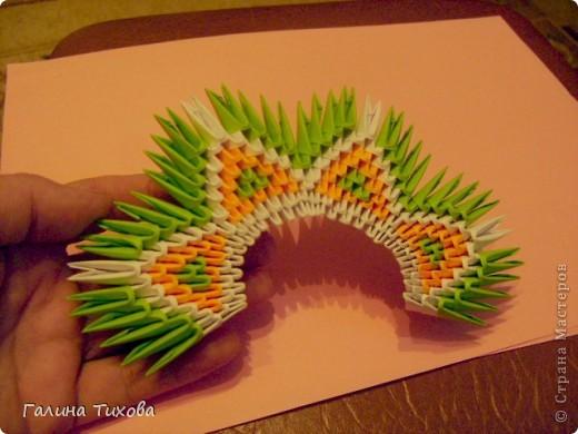 На создание такого павлина у меня пошло:1299 модулей: белых-347, оранжевых-337, зелёных-562, светло-зелёных-51, чёрных-1, красных-1. фото 13