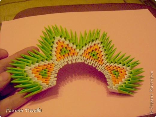 На создание такого павлина у меня пошло:1299 модулей: белых-347, оранжевых-337, зелёных-562, светло-зелёных-51, чёрных-1, красных-1. фото 14