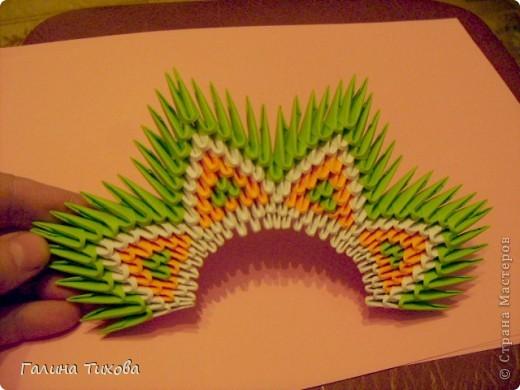 На создание такого павлина у меня пошло:1299 модулей: белых-347, оранжевых-337, зелёных-562, светло-зелёных-51, чёрных-1, красных-1. фото 15