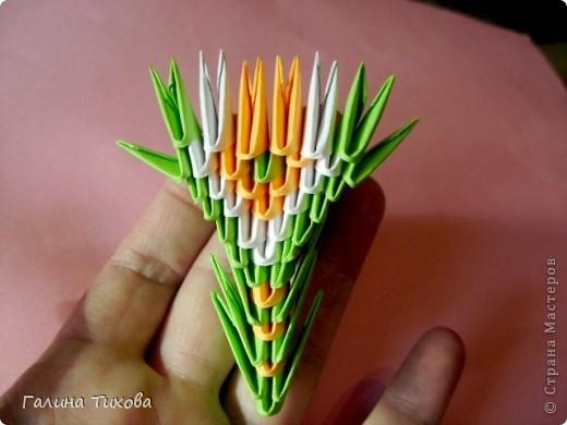 На создание такого павлина у меня пошло:1299 модулей: белых-347, оранжевых-337, зелёных-562, светло-зелёных-51, чёрных-1, красных-1. фото 32