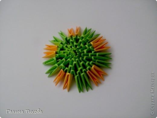 На создание такого павлина у меня пошло:1299 модулей: белых-347, оранжевых-337, зелёных-562, светло-зелёных-51, чёрных-1, красных-1. фото 42