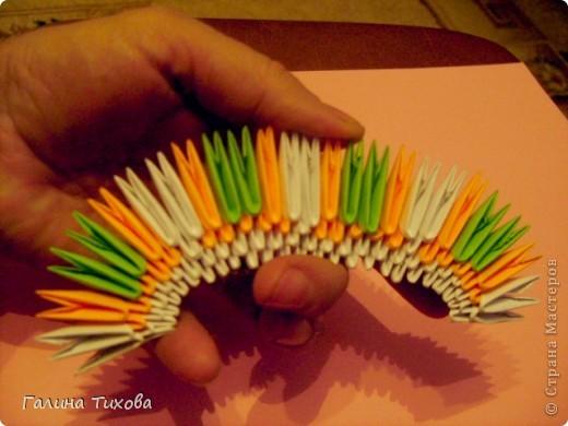 На создание такого павлина у меня пошло:1299 модулей: белых-347, оранжевых-337, зелёных-562, светло-зелёных-51, чёрных-1, красных-1. фото 8