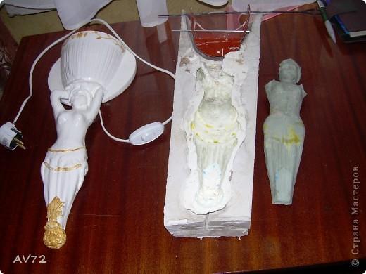 Остатки глиняной модели, силиконовая форма в гипсовом кожухе и готовое бра. фото 1