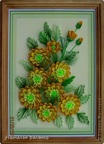 Здравствуйте, дорогие жители Страны!!! Представляю вашему вниманию букет желтых цветов, желтый с зеленым - это моё любимое сочетание. Обожаю желтые цветы, и, кстати, муж мне часто дарит именно желтые на протяжении уже 20 лет. Так что никакие они не вестники разлуки.  Дарите желтые цветы! Не верьте злым приметам! Неправда, что всегда они К разлукам или бедам! Ведь желтый цвет – это тепло, Цвет солнца и пшеницы, Так в доме светится окно, Где ждут родные лица, Царицей желтою луна Ночь бархатную греет, И в храме, возле алтаря, Огонь свечи желтеет, И первоцвета желтый цвет, И поздней хризантемы, Цвет золота, и цвет монет, Янтарных бус на шее, Морского желтого песка, Горячей булки хлеба, И цвет осеннего листа, Цвет капли меда, лета, Уюта бледно-желтый цвет От старого торшера, Цвет честолюбия, ума И риска у Люшера! Все неприятности в судьбе, Поверьте, не от цвета! Дарите желтые цветы! Не слушайте запрета! (к сожалению не разобралась с автором, но вот адрес сайта, где размещено стихотворение)  http://artbull.ru/content/darite-zheltye-tsvety  фото 1
