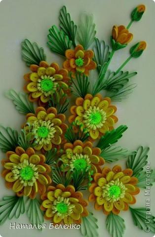Здравствуйте, дорогие жители Страны!!! Представляю вашему вниманию букет желтых цветов, желтый с зеленым - это моё любимое сочетание. Обожаю желтые цветы, и, кстати, муж мне часто дарит именно желтые на протяжении уже 20 лет. Так что никакие они не вестники разлуки.  Дарите желтые цветы! Не верьте злым приметам! Неправда, что всегда они К разлукам или бедам! Ведь желтый цвет – это тепло, Цвет солнца и пшеницы, Так в доме светится окно, Где ждут родные лица, Царицей желтою луна Ночь бархатную греет, И в храме, возле алтаря, Огонь свечи желтеет, И первоцвета желтый цвет, И поздней хризантемы, Цвет золота, и цвет монет, Янтарных бус на шее, Морского желтого песка, Горячей булки хлеба, И цвет осеннего листа, Цвет капли меда, лета, Уюта бледно-желтый цвет От старого торшера, Цвет честолюбия, ума И риска у Люшера! Все неприятности в судьбе, Поверьте, не от цвета! Дарите желтые цветы! Не слушайте запрета! (к сожалению не разобралась с автором, но вот адрес сайта, где размещено стихотворение)  http://artbull.ru/content/darite-zheltye-tsvety  фото 2