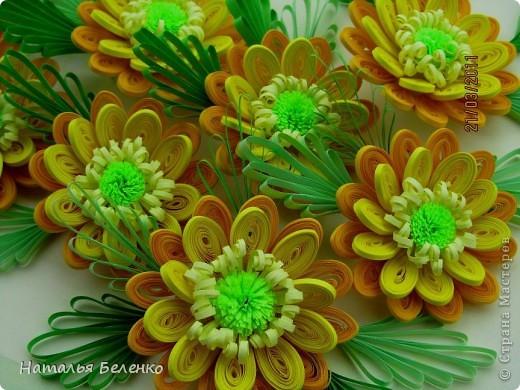 Здравствуйте, дорогие жители Страны!!! Представляю вашему вниманию букет желтых цветов, желтый с зеленым - это моё любимое сочетание. Обожаю желтые цветы, и, кстати, муж мне часто дарит именно желтые на протяжении уже 20 лет. Так что никакие они не вестники разлуки.  Дарите желтые цветы! Не верьте злым приметам! Неправда, что всегда они К разлукам или бедам! Ведь желтый цвет – это тепло, Цвет солнца и пшеницы, Так в доме светится окно, Где ждут родные лица, Царицей желтою луна Ночь бархатную греет, И в храме, возле алтаря, Огонь свечи желтеет, И первоцвета желтый цвет, И поздней хризантемы, Цвет золота, и цвет монет, Янтарных бус на шее, Морского желтого песка, Горячей булки хлеба, И цвет осеннего листа, Цвет капли меда, лета, Уюта бледно-желтый цвет От старого торшера, Цвет честолюбия, ума И риска у Люшера! Все неприятности в судьбе, Поверьте, не от цвета! Дарите желтые цветы! Не слушайте запрета! (к сожалению не разобралась с автором, но вот адрес сайта, где размещено стихотворение)  http://artbull.ru/content/darite-zheltye-tsvety  фото 4
